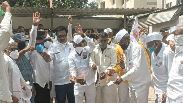 'Rakhrangoli' agitation in front of MP's house in Nashik