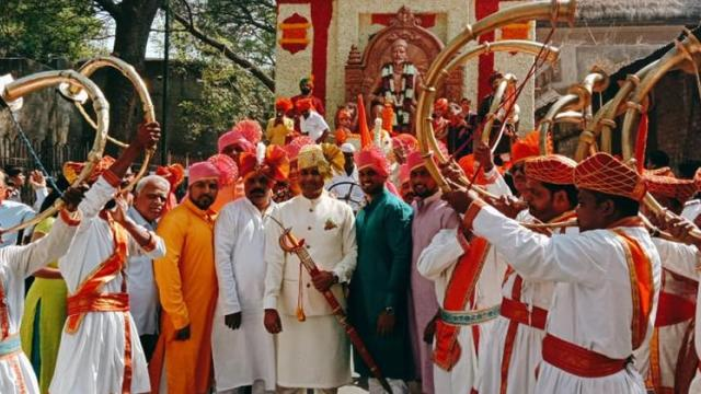 Hostility from the descendants of the chiefs to Shiv Chhatrapati by 85 chariots