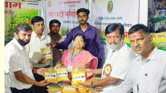 Sale of turmeric powder to customers at the exhibition.