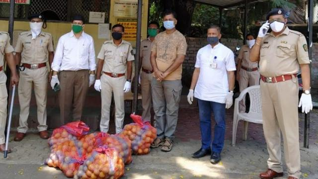 Citrus fruits distributed to the police