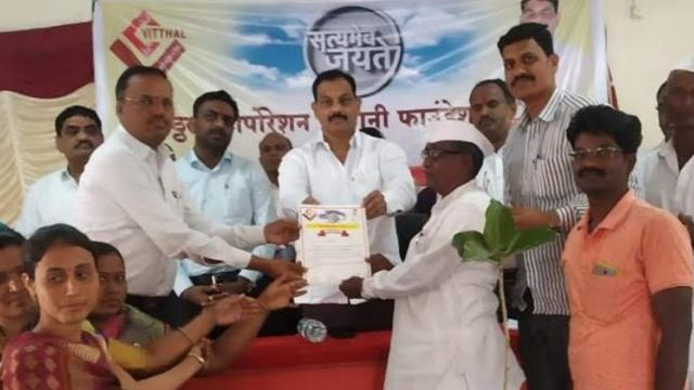 After receiving the award of Pani Foundation, MLA Sanjay Shinde honored the villagers.