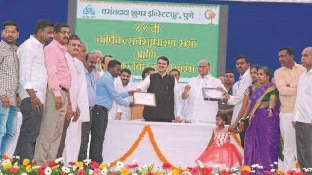 Saurabh Kokil Former while accepting the Usbhushan award from hands of Union Agriculture Minister Sharad Pawar and former Chief Minister Devendra Fadnavis