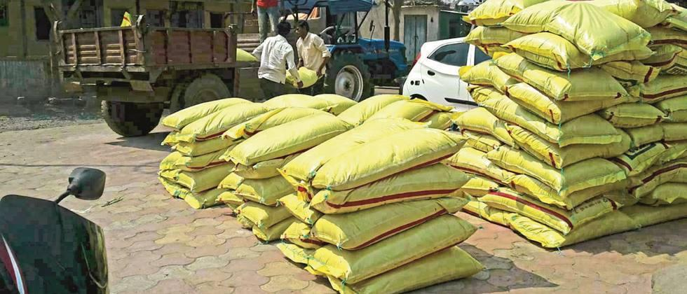 Purchase of fertilizer at old rates from farmers of Devgaon