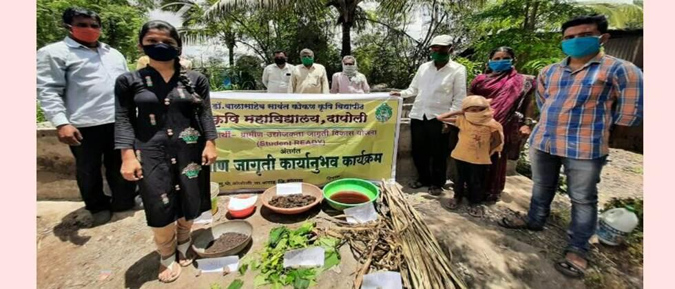 Shubhangi Mane while explaining the importance of compost manure to the farmers.