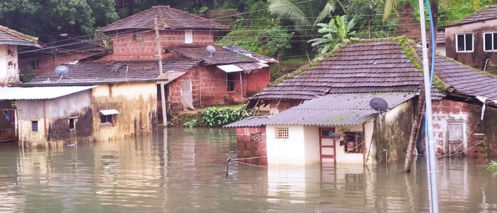 चिपळूणमधील दीड हजार जणांना पुरातून बाहेर काढले One and a half thousand in Chiplun People pulled out of the flood