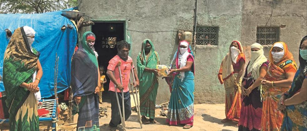 self help women group in Dahikute, Manke village distributes food to the needy