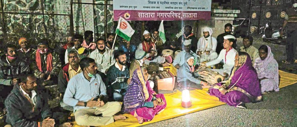 Swabhimani Sanghatana's all night vigil in Satara