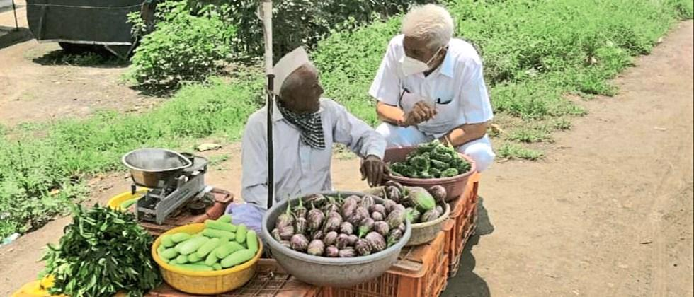The Minister of Agriculture interacted with the farmers selling vegetables