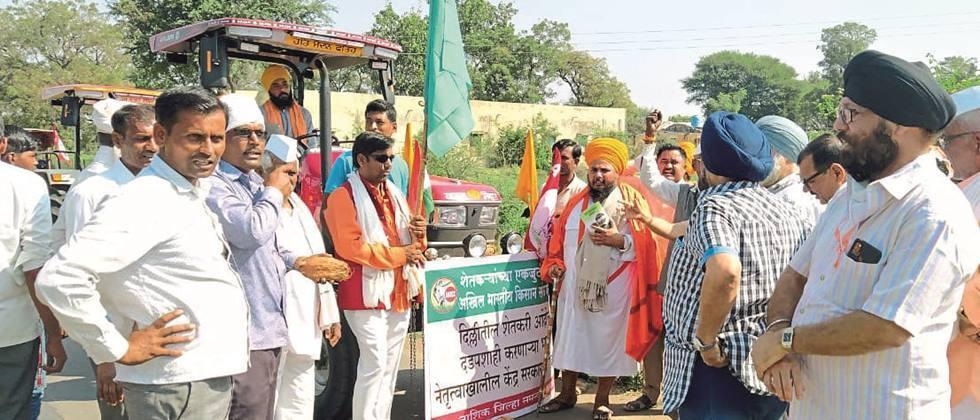 Of farmers in Manmad Big response to the tractor rally