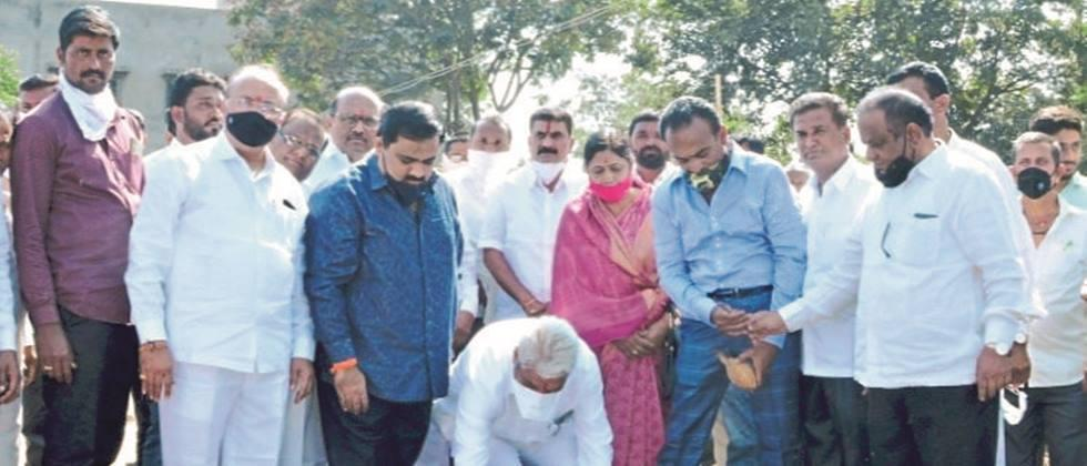 Don't take cotton from traders in shopping malls: Agriculture Minister Bhuse