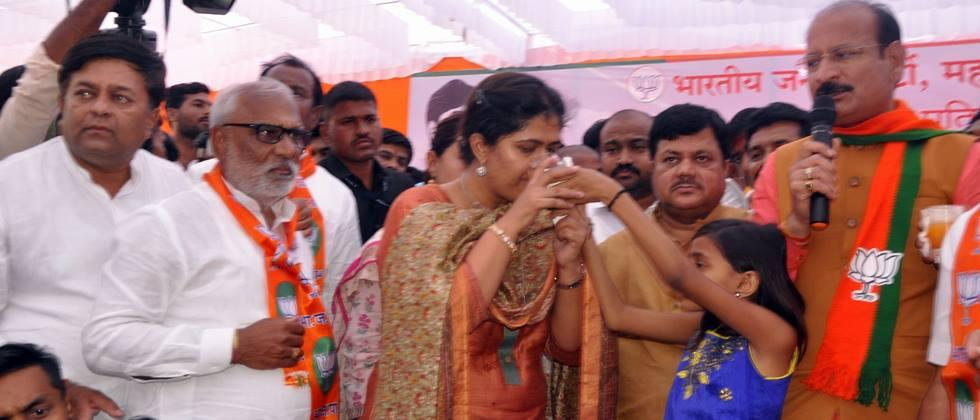 pankaja munde did agitation for water issue