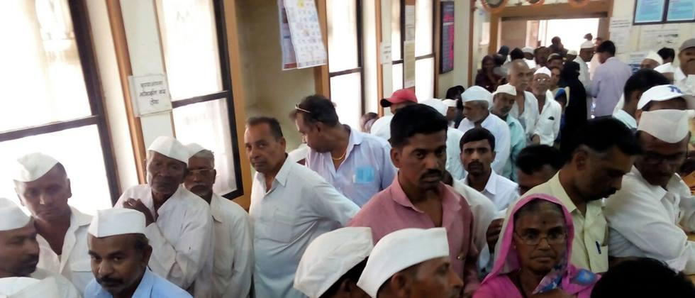 The plight of farmers in Parbhani by tearing down the thresholds of banks