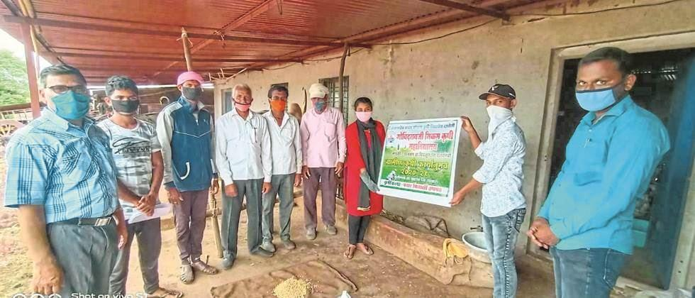 Pusegaon (Dist. Satara): Students of Agricultural College while guiding farmers.