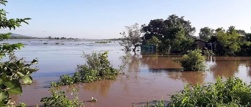मांजरा नदीला पूर, पाणी पात्राबाहेर Cats flood the river, water out of the container
