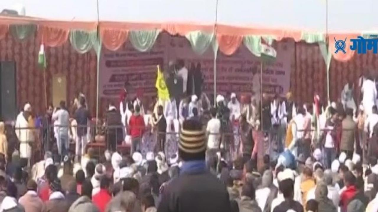 Farmer Protest: The stage on which Bharatiya Kisan Union leader Rakesh Tikait were standing collapses