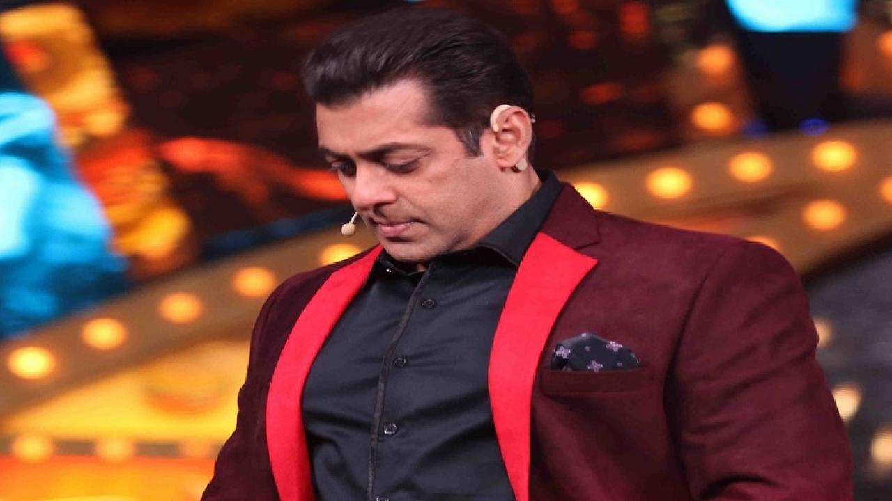 Bollywoods brother Salman Khan cleans Bigg Boss house