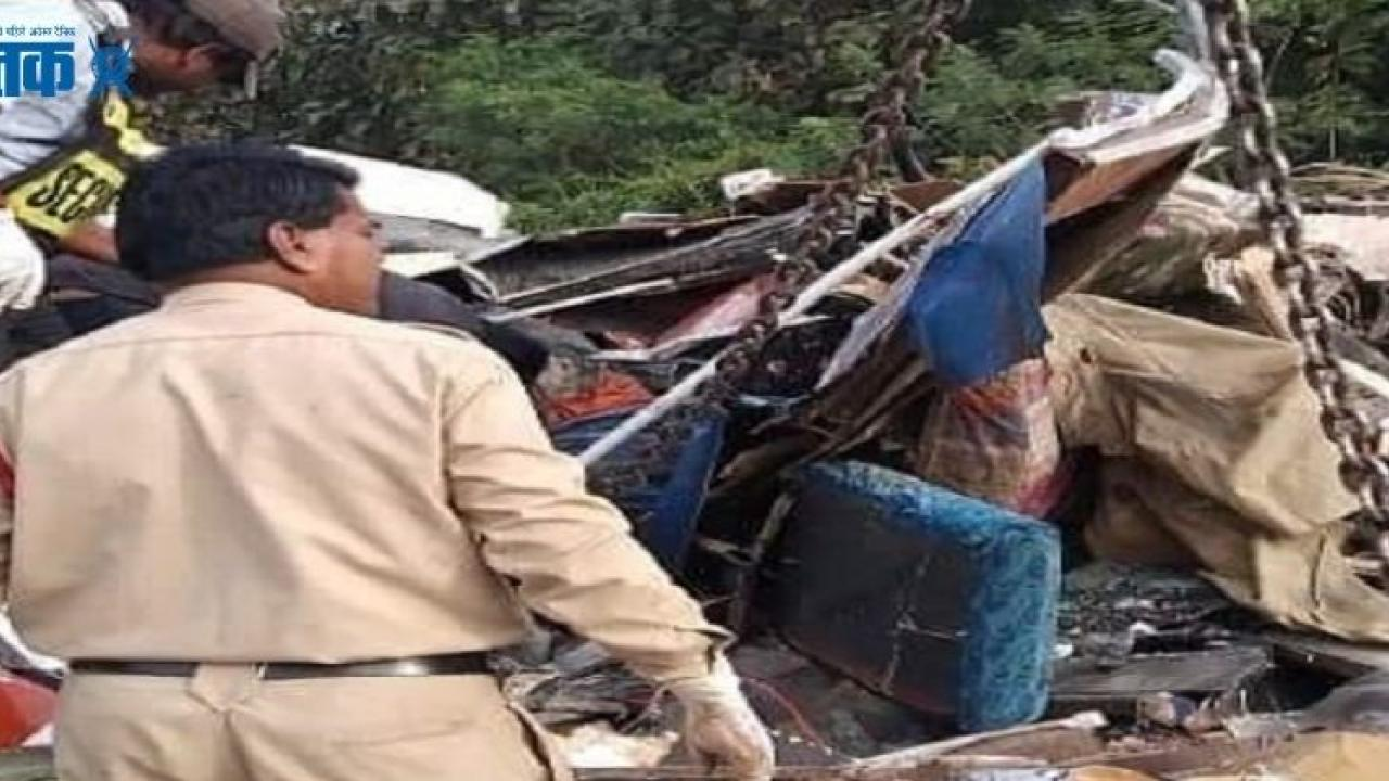 Pune Bangalore National Highway accident between mini bus and truck 11 tourists dead near Dharwad