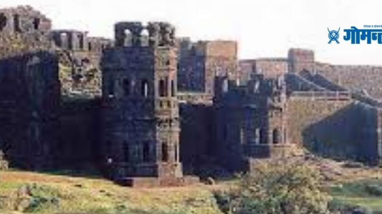 Shiva devotees removed the ticket window of the Archaeological Department from Raigad