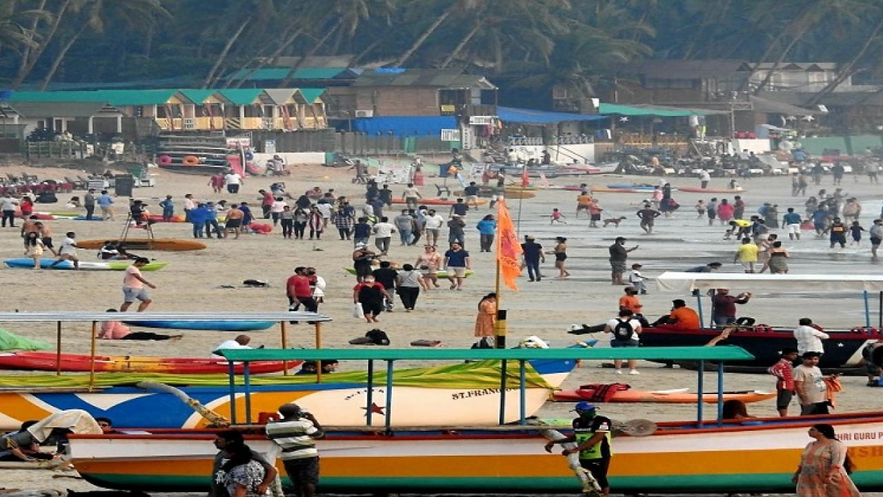 Tourists Crowds on Goa beach