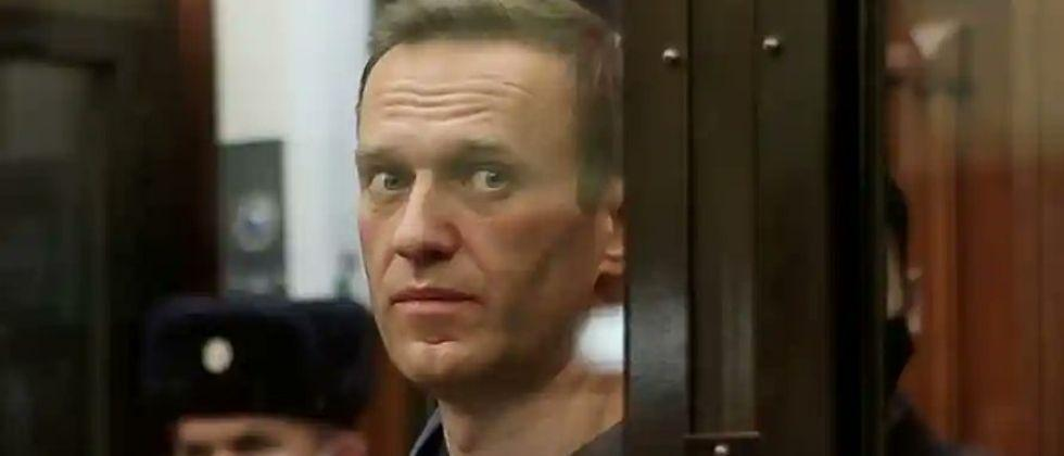 Prison officials roast chicken to disrupt hunger strike of Russian opposition leader Alexei Navalny