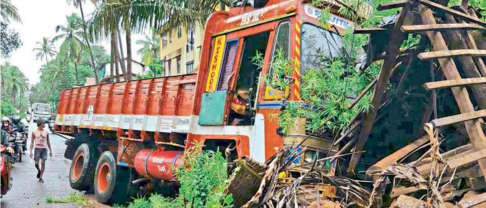 Uncontrolled Truck Rammed Into The House in Giri