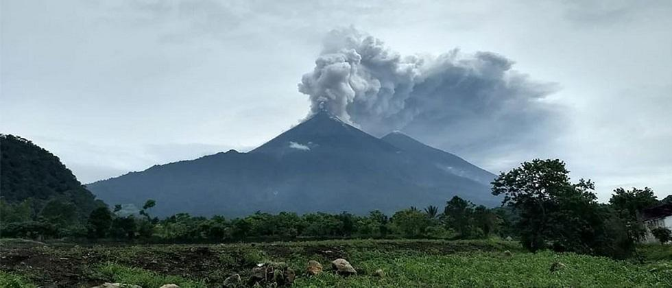 Ile Levotolok volcano in Indonesia awakens