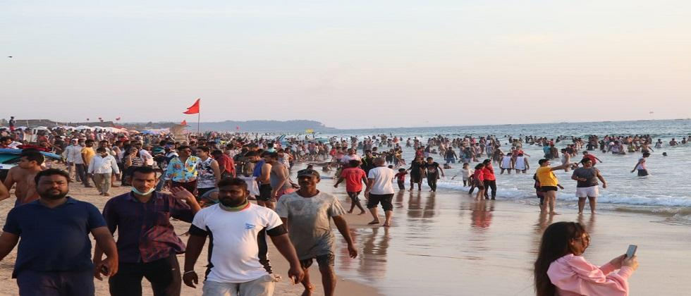 Tourists rush to Goa beaches not following the rules of Social distancing