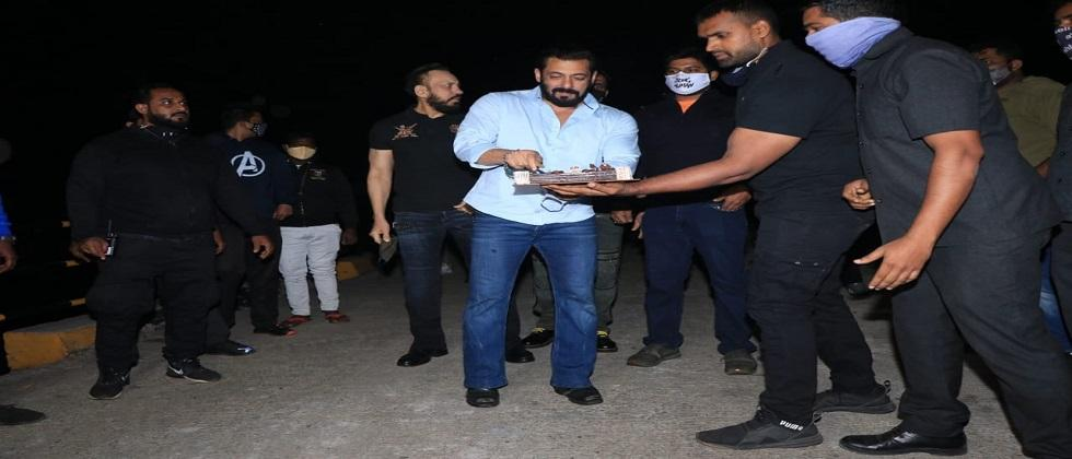 Salman Khans Midnight Birthday Celebrations With Paparazzi