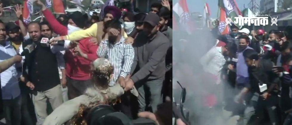 Congress workers raise slogans against Ghulam Nabi Azad and burn his statue in Jammu