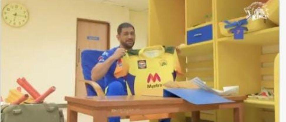 IPL 2021 Dhoni surprises CSK fans (VIDEO)