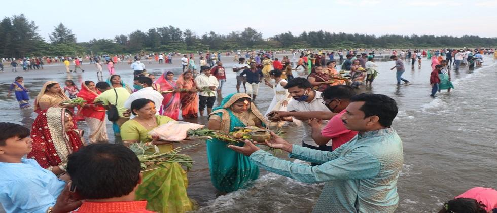 Chhath puja celebrated on Miramar beach in Goa without following the rules of corona