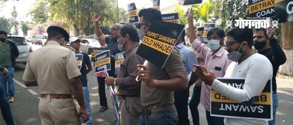 Aam Aadmi Party today protest on Chief Minister Dr. Protested at Pramod Sawants residence