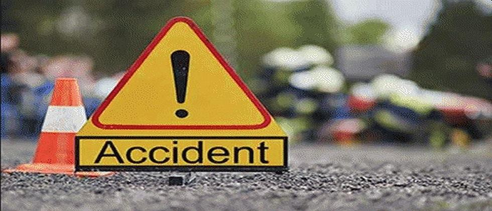 A jeep collided with divider in Dicholi