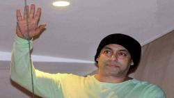 Salman loses cool snatches fan phone at Goa airport