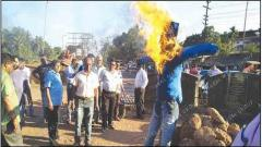 BJP activists burn effigy of MLA Rohan Khaunte