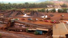 Pissurlem villagers object lifting iron ore