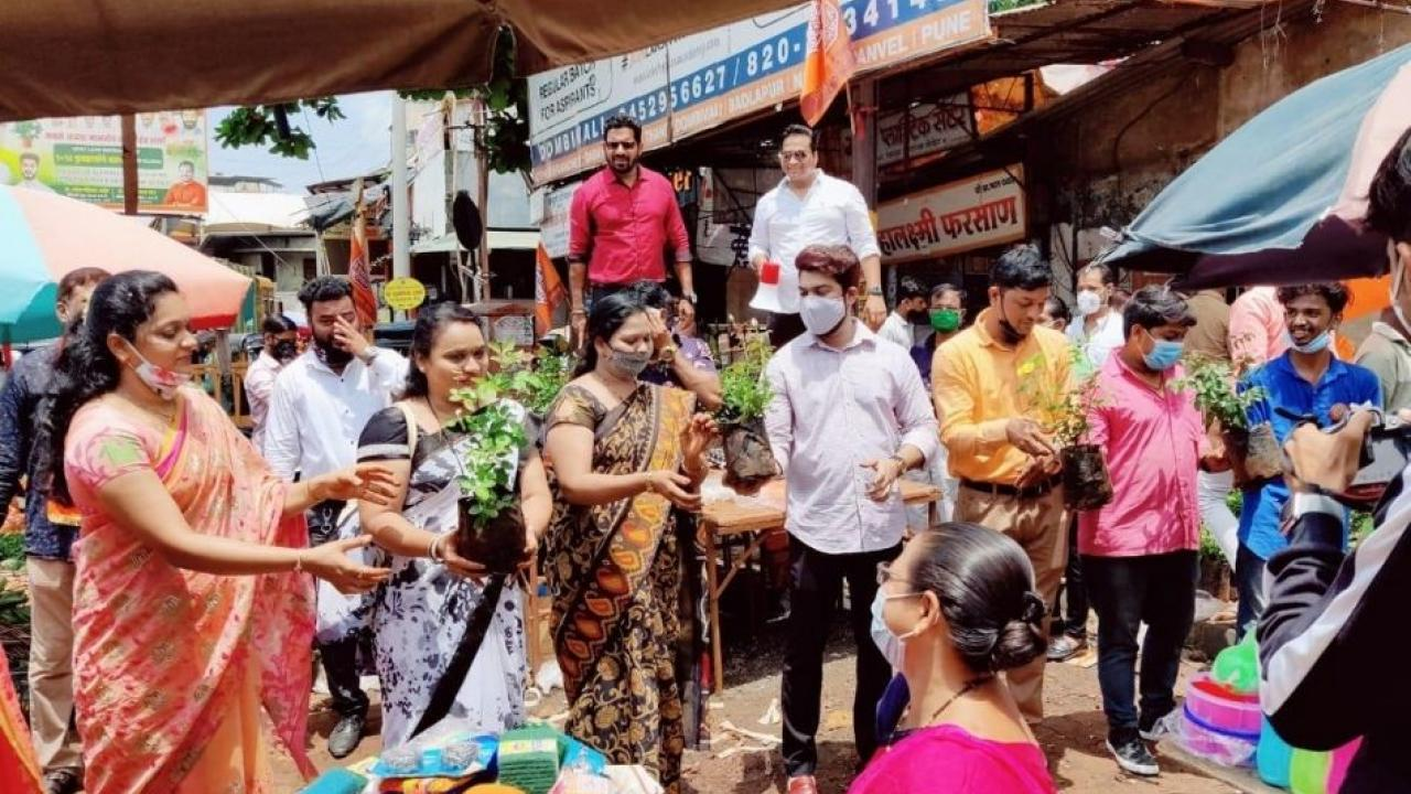 Free distribution of 1053 flowers in Dombivali on the occasion of Raj Thackeray's birthday