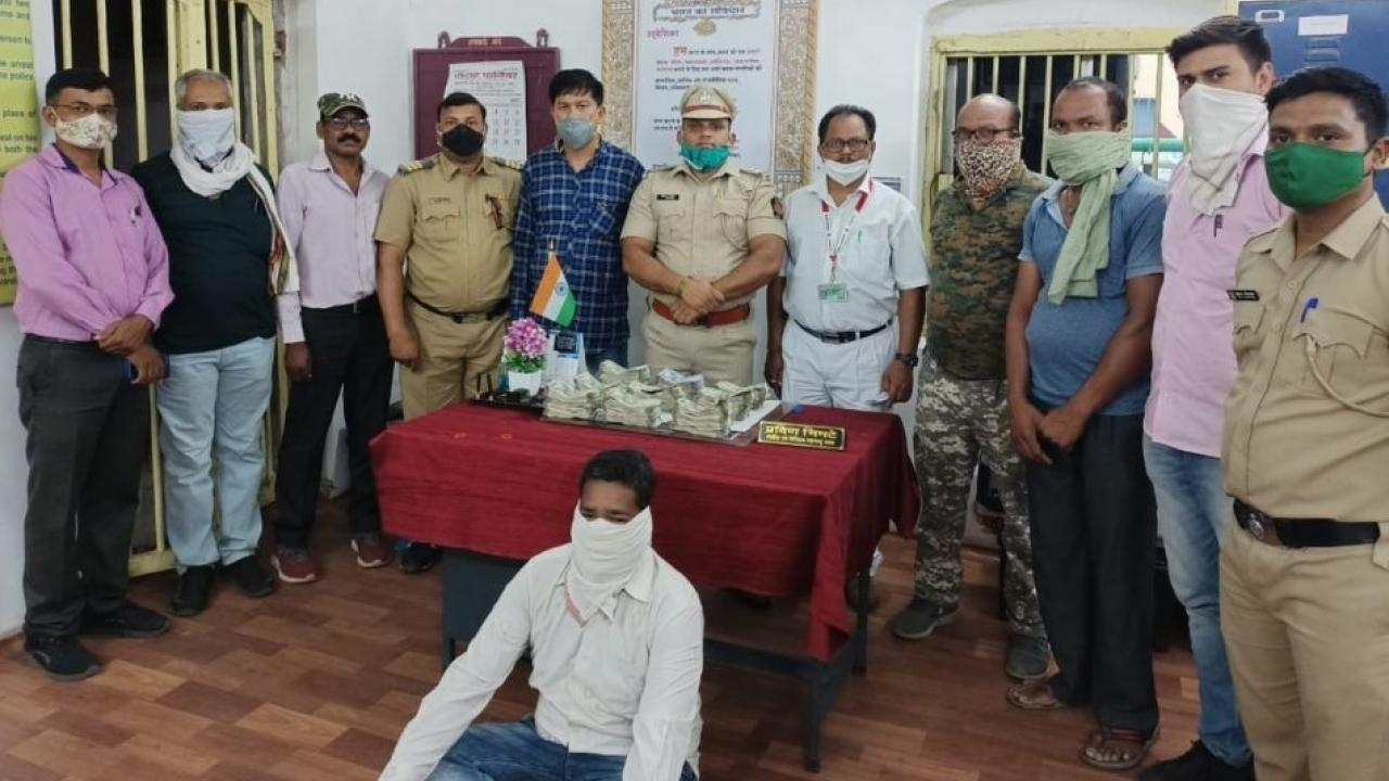 Gondia Railway Police have arrested a passenger carrying lakhs of rupees in cash