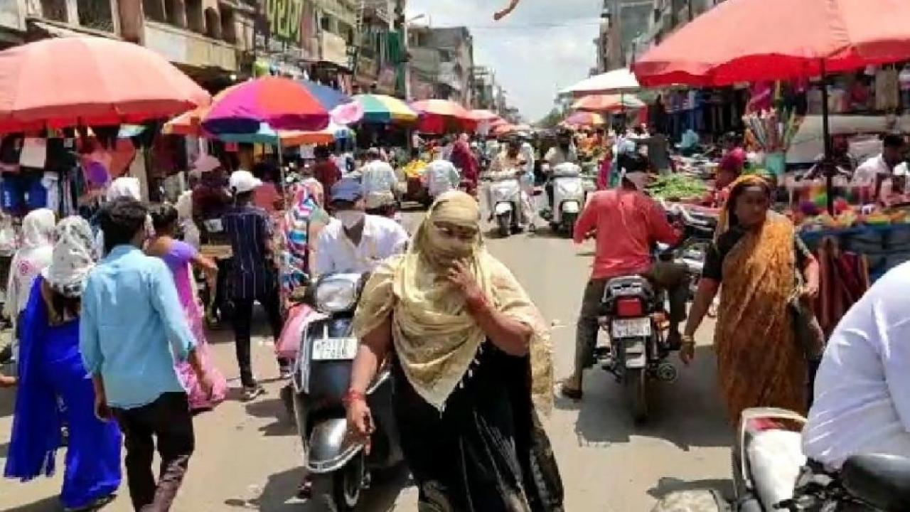 As soon as it was unlocked in Dhule, a crowd of citizens jumped in the market