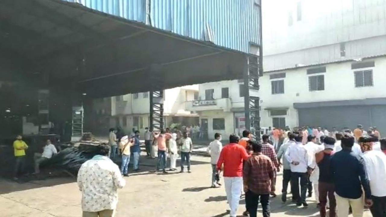 Workers die as crane collapses on body