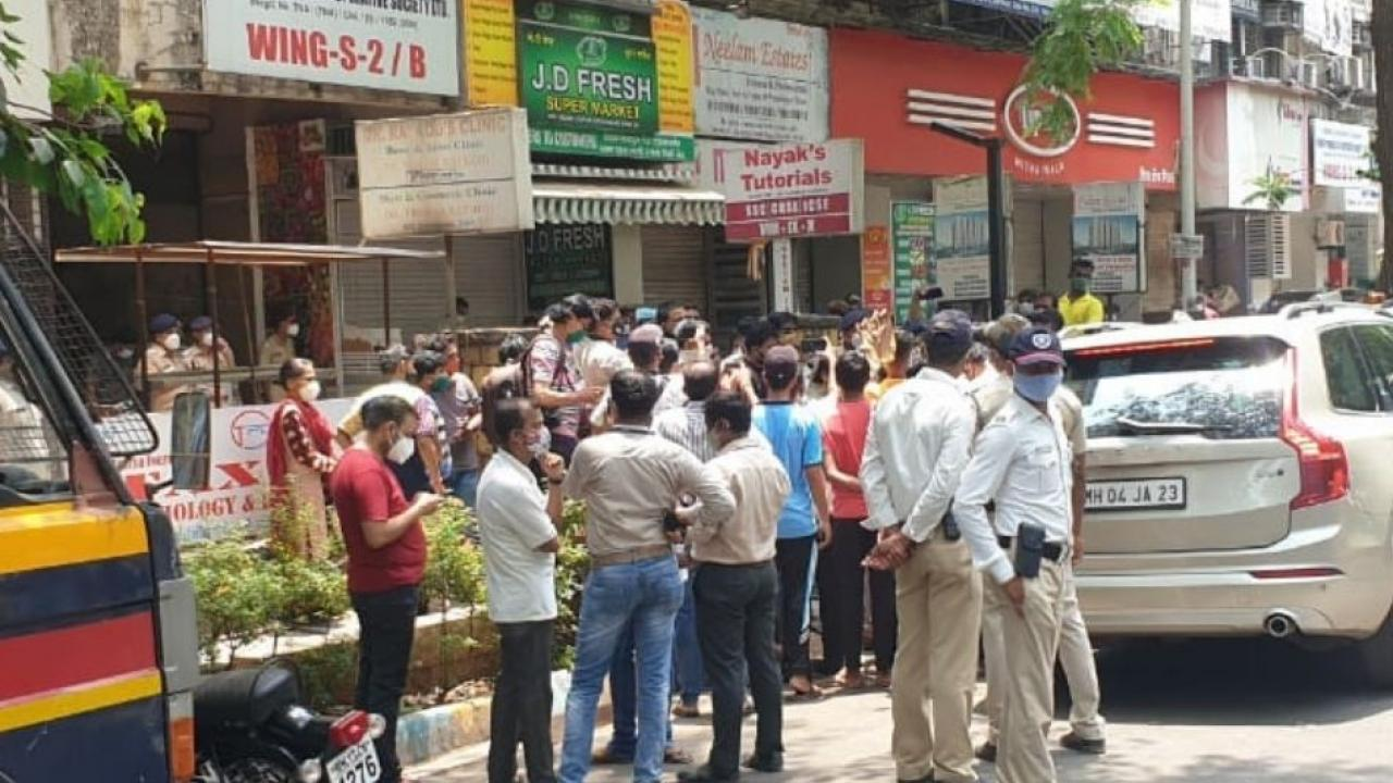 Crowd near Vedant Hospital Thane after Paitents sudden Death