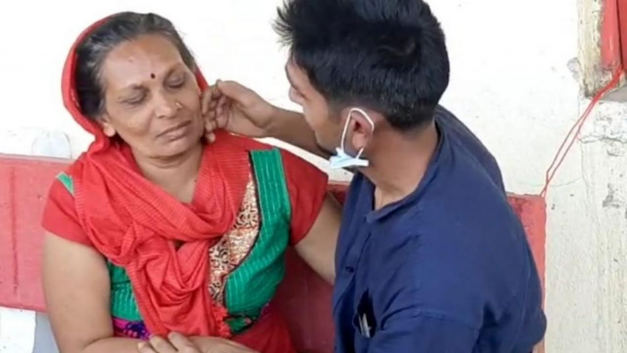 With the help of journalists and police Abhishek meets his mother after six months