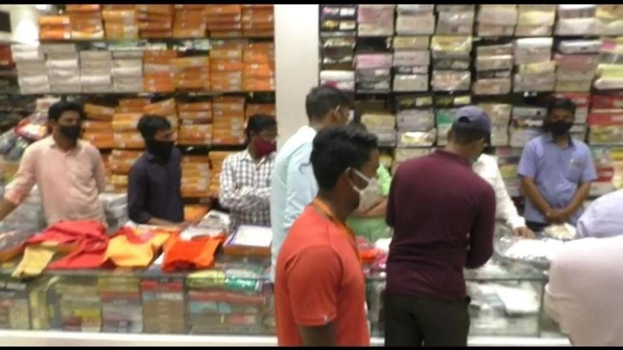 Three cloth shop seals and fined of Rs 87000 for violating the Corona rules