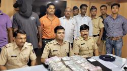 The police team along with the accused and the recovered money.