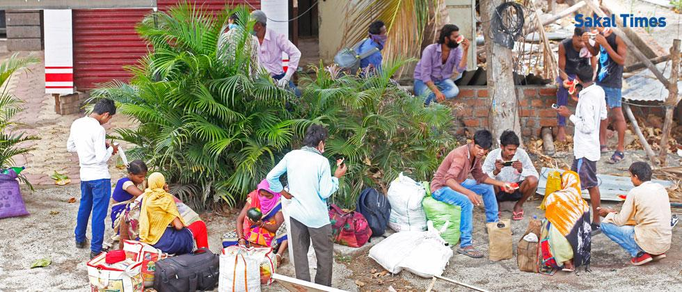 Coronavirus Pune: Desperate migrant workers trudge the long way to home