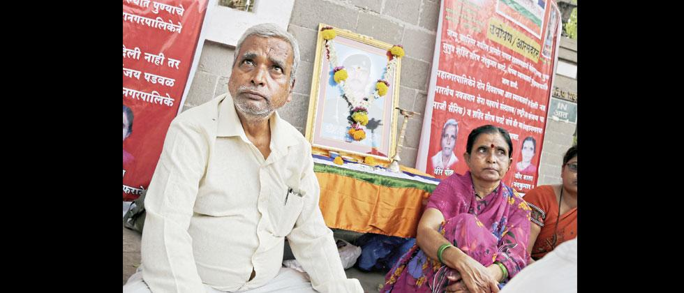 Martyr Saurabh Pharate's father and mother on hunger strike in front of Pune Municipal Corporation.