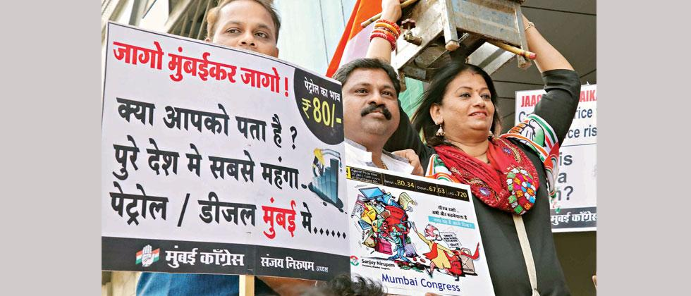 Mumbai Congress staged protest against BJP Government regarding  exorbitant price hike of Petrol, Diesel and Gas Cylinder out Churchgate Railway Station on Tuesday. Pics - Prashant Sawant