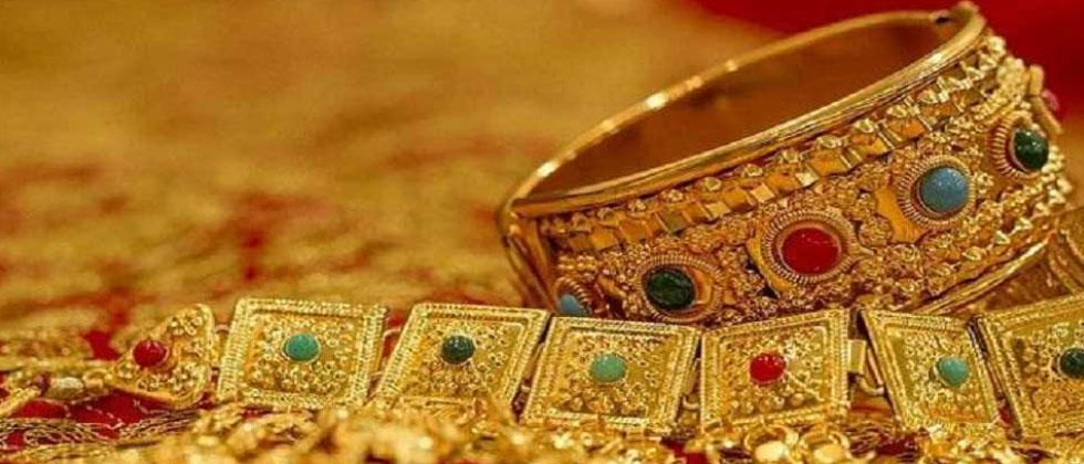 Gold drops Rs 128, silver prices plunge Rs 700