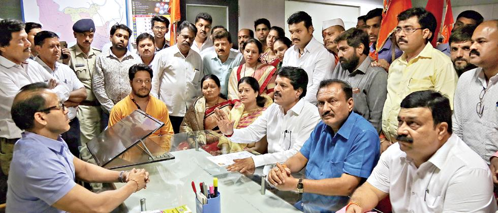Shiv Sena leaders Mahadeo Babar, Chandrakant Mokate, Sanjay Bhosale and other gave a letter to PMC Chief Kunal Kumar on Monday.