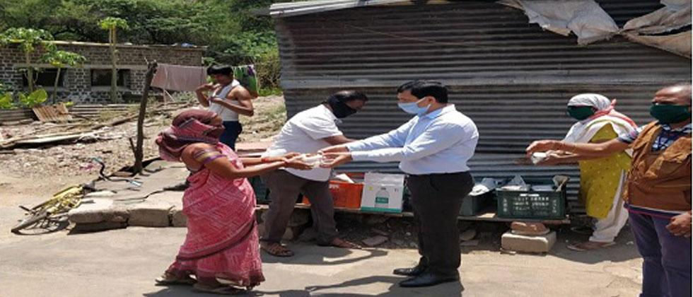 IDAS officers provide food to 125 migrant labourers for one month